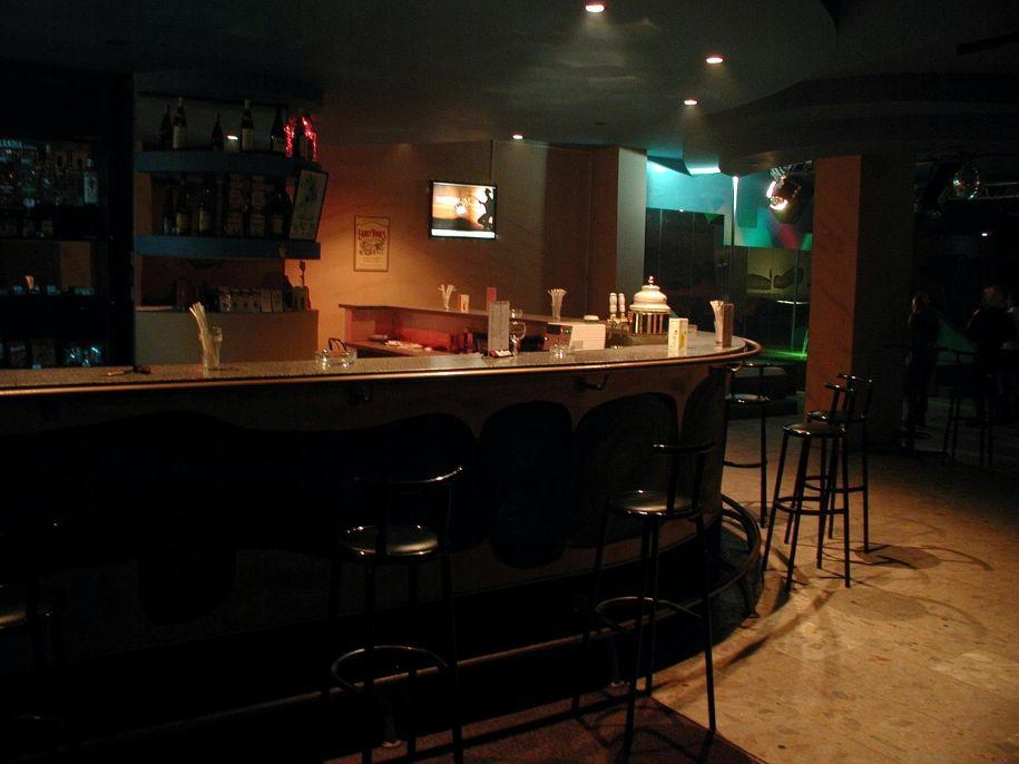 bar-pub-at-night
